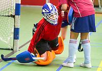 BENNEBROEK - Zaalhockey D meisjes competitie. Keeper met te grote legguards moet overeind geholpen worden. ANP COPYRIGHT KOEN SUYK