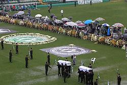 Télam 03/12/2016  Chapecó, Brasil: 'El campeón volvió, el campeón volvió' cantaron 20.000 personas, bajo la lluvia y en lágrimas en el estadio Arena Condá de Chapecó, en el sur de Brasil, al recibir el cortejo fúnebre con los restos de 50 personas, 19 futbolistas del Chapecoense, cuyo avión cayó el lunes por la noche en Colombia.Foto: Nelson Almeida Foto: Julio Cavalheiro/Secom/fotos públicas/ef (Credit Image: © Telam/Xinhua via ZUMA Wire)