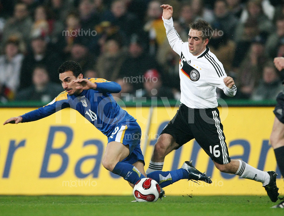 Fussball   International   EM Qualifikation   Deutschland - Zypern Philipp LAHM (re, Deutschland) gegen Constantinos CHARALAMBIDES (li, Zypern)