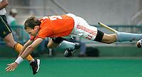 WK Hockey. Nederland-Zuid Afrika 3-0. Karel Klaver, de maker van het tweede doelpunt , wordt gelanceerd door een Zuidafrikaanse verdediger.