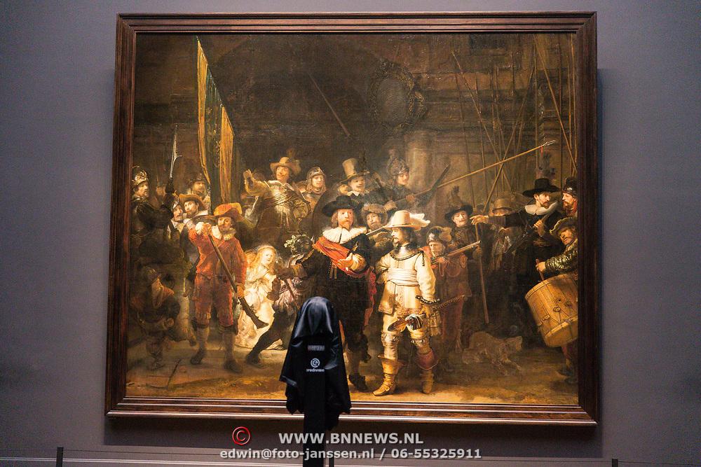 NLD/Amsterdam/20190408 - Willem van Hanegem onthult Eredivisie-bal in Rijksmuseum , De Nachtwacht