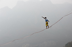 Der Franzose Theo Sanson bricht im chinesischen Jiaozuo den Slackline Weltrekord / 061116 [French daredevil sets new slacklining world record, Jiaozuo, Henan Province, China - 06 Nov 2016 Theo Sanson from France walks backwards on a slackline suspended 60 meters in the air during a world record attempt in Jiaozuo, central China's Henan province. The French daredevil set a new world record by walking backwards on the 100-meter-long slackline within just 361 seconds at Yuntai Mountain scenic area in Henan on Sunday.]
