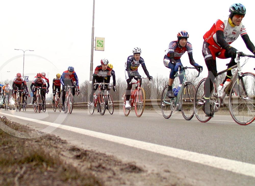 Fotografie Frank Uijlenbroek©2000/Frank Brinkman.010303 zwolle ned.wielrennen binnenkomst wielrenners in zwolle.fu010303_2wiel_zwolle