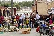 Personas compran alimentos en un mercado en el puerto de El Naranjo, Guatemala, junto al Río San Pedro. (Foto: Prometeo Lucero)