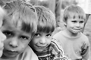 Dodo à 4 ans, au centre de la photo, en 1995 à l'orphelinat de Popricani.  <br />