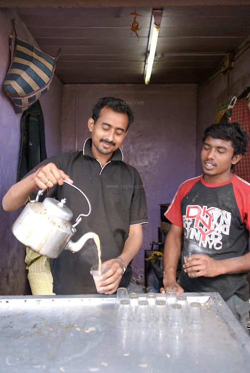 A chai-wala near the train station in Raipur is doing brisk business. Chhattisgarh, January 2007
