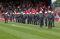 ◊Copyright:<br />GEPA pictures<br />◊Photographer:<br />Christian Singer<br />◊Name:<br />Polizeisperre<br />◊Rubric:<br />Sport<br />◊Type:<br />Fussball<br />◊Event:<br />T-Mobile Bundesliga, FK Austria Magna Wien vs GAK Graz<br />◊Site:<br />Wien, Austria<br />◊Date:<br />05/05/05<br />◊Description:<br />Austria Fans stuermen das Spielfeld, Polizeisperre vor GAK Sektor<br />◊Archive:<br />GEPA-0505051711<br />◊RegDate:<br />05.05.2005<br />◊Note:<br />8 MB - DM/DM - Nutzungshinweis: Es gelten unsere Allgemeinen Geschaeftsbedingungen (AGB) bzw. Sondervereinbarungen in schriftlicher Form. Die AGB finden Sie auf www.GEPA-pictures.com.<br />Use of picture only according to written agreements or to our business terms as shown on our website www.GEPA-pictures.com.