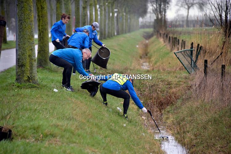 Nederland, Beuningen, 16-3-2019Leden van een hardloopvereniging HVB ruimen al hardlopend plastic afval en ander zwerfvuil op in het kader van NL Doet .Foto: Flip Franssen