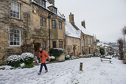 © Licensed to London News Pictures. 28/12/2020. Burford, UK. Heavy snowfall covers the village of Burford in Oxfordshire, south England as the UK experiences freezing temperatures over night. Photo credit: Ben Cawthra/LNP