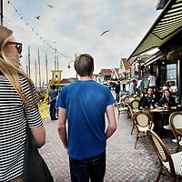 Nederland, Volendam , 27 september 2014.<br /> 2 z.g. Mysterieshoppers op zoek naar kroegen om binnen te stappen.<br /> Mystery-shop onderzoek geeft gemeenten en regio's een betrouwbaar inzicht in de mate waarin verkopers zich houden aan de wettelijke leeftijdsgrens voor alcohol. Het beperken van de beschikbaarheid van alcohol voor minderjarigen is één van de belangrijkste pijlers om alcoholgebruik onder jongeren terug te dringen. Mystery-shopping onderzoek is één van de meest concrete mogelijkheden om de beschikbaarheid van alcohol voor minderjarigen te meten.<br /> Om de naleving van de leeftijdsgrenzen in een gemeente of regio in kaart te brengen, worden met behulp van minderjarige 'mystery-shoppers' bij verschillende verkooppunten pogingen gedaan om alcohol te kopen. Deze aankooppogingen worden uitgevoerd volgens een beproefd wetenschappelijk protocol. Het protocol voor dit onderzoek is opgesteld en wetenschappelijk getest in samenwerking met de Universiteit Twente.<br /> Foto:Jean-Pierre Jans