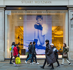London, December 24 2017. Crowds grow in London's west end on Christmas eve as last minute shoppers hunt for gifts. PICTURED: Shoppers pass a Stuart Weitzman store on Regent Street. © SWNS