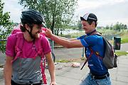 Twee fietskoeriers geinen met elkaar voor de race. In Nieuwegein wordt het NK Fietskoerieren gehouden. Fietskoeriers uit Nederland strijden om de titel door op een parcours het snelst zoveel mogelijk stempels te halen en lading weg te brengen. Daarbij moeten ze een slimme route kiezen.<br /> <br /> In Nieuwegein bike messengers battle for the Open Dutch Bicycle Messenger Championship.