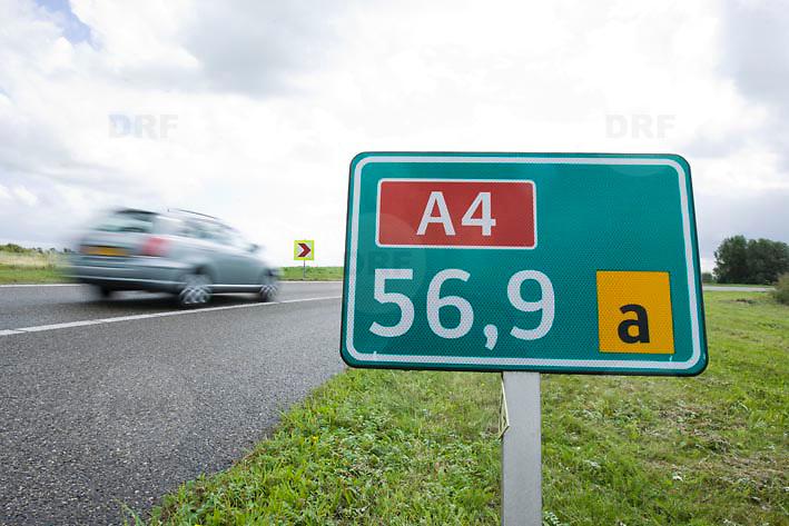 Nederland Delft 17-09-2010 20100917     A4 Delft - Schiedam wordt definitief verlengd,  er  is begin deze maand officieel besloten tot de aanleg van het stuk snelweg waarover zo'n vijftig jaar is gesproken. Rijkswaterstaat en het ministerie van VWS hebben dat laten weten.Over de nieuwe verkeersader wordt al decennialang gesteggeld, vooral omdat de weg het natuurgebied Midden-Delfland doorboort...De zeven kilometer asfalt tussen Delft en Schiedam doorkruist straks verdiept of via een tunnel het natuurgebied tussen de twee steden. Het belangrijkste pluspunt is dat de A13 wordt ontlast. Op rijksweg A13 staat dagelijks de voor de economie schadelijkste file van Nederland. Met het project A4 Delft-Schiedam willen lokale en regionale overheden en het Rijk de problemen rond bereikbaarheid en leefbaarheid op en rond de A13 en de A4 Delft-Schiedam oplossen, ook de bereikbaarheid van de Maasvlakte wordt zo verbeterd. Randstad.  ontlasting wegennet. Midden Delftland. , route, ruimte, ruimtelijk, ruimtelijke omgeving, ruimtelijke ordening, ruimtelijke planning, ruimtelijke visie, ruraal, rurale omgeving, rustiek, rustieke, rustieke omgeving, rustig, rustige, schadelijk, schadelijk voor milieu, schaden, snelweg, snelwegen, spoor, terrein, toekomst, toekomstige plannen, toekomstplannen, tracé, traject, transport, uitgestrektheid, uitlaatgassen, verbinding, verbindingen, vergezicht, vergezichten, verkeer en vervoer, verkeer en waterstaat, verkeersader, verkeersaders, verkeersdruk, verkeersnet, vernieuwing, vervoer, vewezenlijken, weg, wegen, wegenbouw, wegennet, wegnet, wegverbinding, wei, weide, wijds, wijdsheid