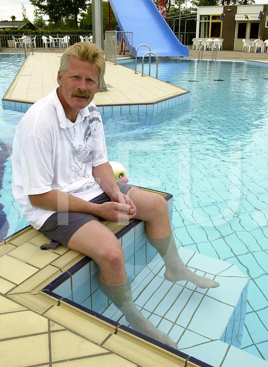 fotografie frank uijlenbroek©2001 frank brinkman.010521 wijhe ned.zwembad badmeester dhr h van loohuizen.fu010521_03
