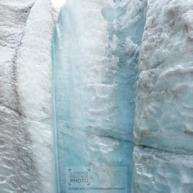 Eiswand mit kleinem Schmelzwasserbach bei einer Gletschermühle; Ostalpen, Schweiz / <br /> <br />  Ice wall with a small meltwater stream near a glacier mill; Eastern Alps, Switzerland