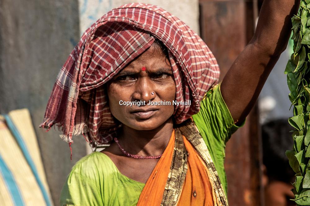 2019 10. 04  Kolkata  West Bengal Indien<br /> Malik Ghat flower market Blomstermarknaden vid Howrah brons. Brofäste <br /> Porträtt av en kvinna<br /> <br /> ----<br /> FOTO : JOACHIM NYWALL KOD 0708840825_1<br /> COPYRIGHT JOACHIM NYWALL<br /> <br /> ***BETALBILD***<br /> Redovisas till <br /> NYWALL MEDIA AB<br /> Strandgatan 30<br /> 461 31 Trollhättan<br /> Prislista enl BLF , om inget annat avtalas.
