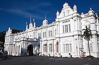 Built in 1903 in the typical British Palladian architectural style, George Town City Hall has been listed as a national monument since 1982. The design of the City Hall building bears a resemblance to the nearby Town Hall.