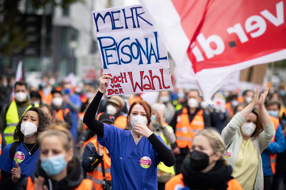 Mehrere hundert Pflegekräfte und Beschäftigte von Berlin Krankenhäusern protestieren auf einer Demonstration der Gewerkschaft ver.di für die Anwendung des Tarifvertrages für den öffentlichen Dienst (TVöD) auf alle Angestellte von Vivantes, deren Tochtergesellschaften und der Charité. Die Beschäftigten und Pflegekräfte der landeseigenen Krankenhausgesellschaften Vivantes und Charité streiken den 12 Tag. Demonstrantin mit Schild: Mehr Personal noch vor der Wahl. Berlin, Deutschland, 21.09.2021.<br /> <br /> [© Christian Mang - Veroeffentlichung nur gg. Honorar (zzgl. MwSt.), Urhebervermerk und Beleg. Nur für redaktionelle Nutzung - Publication only with licence fee payment, copyright notice and voucher copy. For editorial use only - No model release. No property release. Kontakt: mail@christianmang.com.]