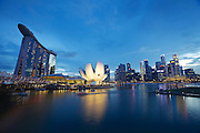 Singapore. Marina Bay Sands Hotel with its spectacular rooftop pool (l.), ArtScience Museum (m.), Central Singapore (r.)