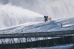 THEMENBILD - ein Skifahrer fährt bei einer Schneekanone vorbei, die in Betrieb ist, aufgenommen am 27. Dezember 2020 in Kaprun, Oesterreich // a skier passes by a snow cannon that is in operation, in Kaprun, Austria on 2020/12/27. EXPA Pictures © 2020, PhotoCredit: EXPA/Stefanie Oberhauser