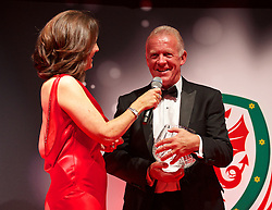 CARDIFF, WALES - Monday, October 5, 2015: Alan Curtis is interviewed on stage after receiving the  FAW Long Service Award during the FAW Awards Dinner Dinner at Cardiff City Hall. (Pic by David Rawcliffe/Propaganda)