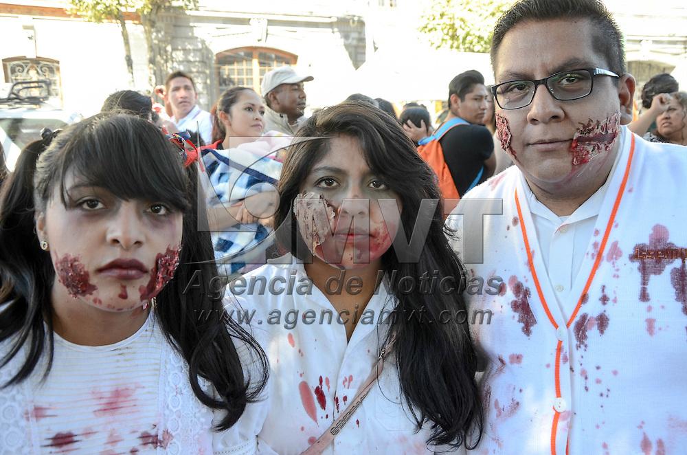 TOLUCA, Mexico.- Miles de personas participan en la marcha Zombie recorriendo calles del centro de la ciudad durante las festividades del día de muertos. Agencia MVT / Jose Juan Hernandez.