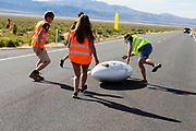 Aniek Rooderkerken valt bij het vangen. Het Human Power Team Delft en Amsterdam, dat bestaat uit studenten van de TU Delft en de VU Amsterdam, is in Amerika om tijdens de World Human Powered Speed Challenge in Nevada een poging te doen het wereldrecord snelfietsen voor vrouwen te verbreken met de VeloX 7, een gestroomlijnde ligfiets. Het record is met 121,44 km/h sinds 2009 in handen van de Francaise Barbara Buatois. De Canadees Todd Reichert is de snelste man met 144,17 km/h sinds 2016.<br /> <br /> With the VeloX 7, a special recumbent bike, the Human Power Team Delft and Amsterdam, consisting of students of the TU Delft and the VU Amsterdam, wants to set a new woman's world record cycling in September at the World Human Powered Speed Challenge in Nevada. The current speed record is 121,44 km/h, set in 2009 by Barbara Buatois. The fastest man is Todd Reichert with 144,17 km/h.