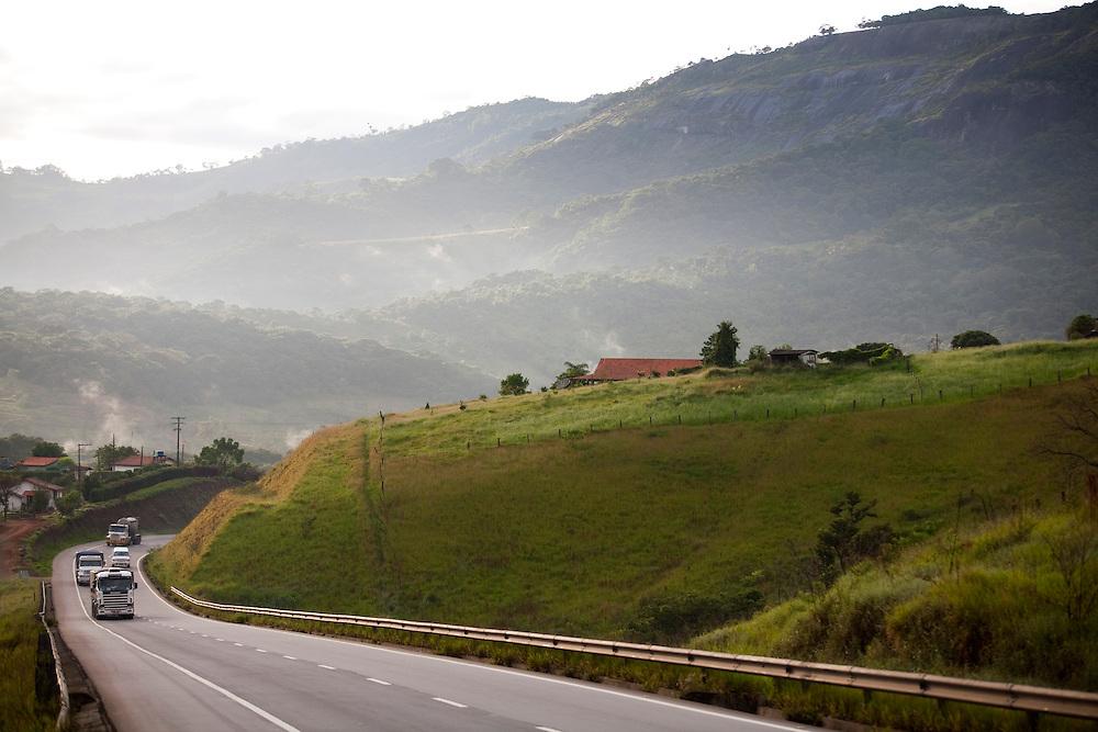 Extrema_MG, Brasil...Trafego na BR 381 em Extrema...The traffic on BR 381 in Extrema...Foto: LEO DRUMOND / NITRO....