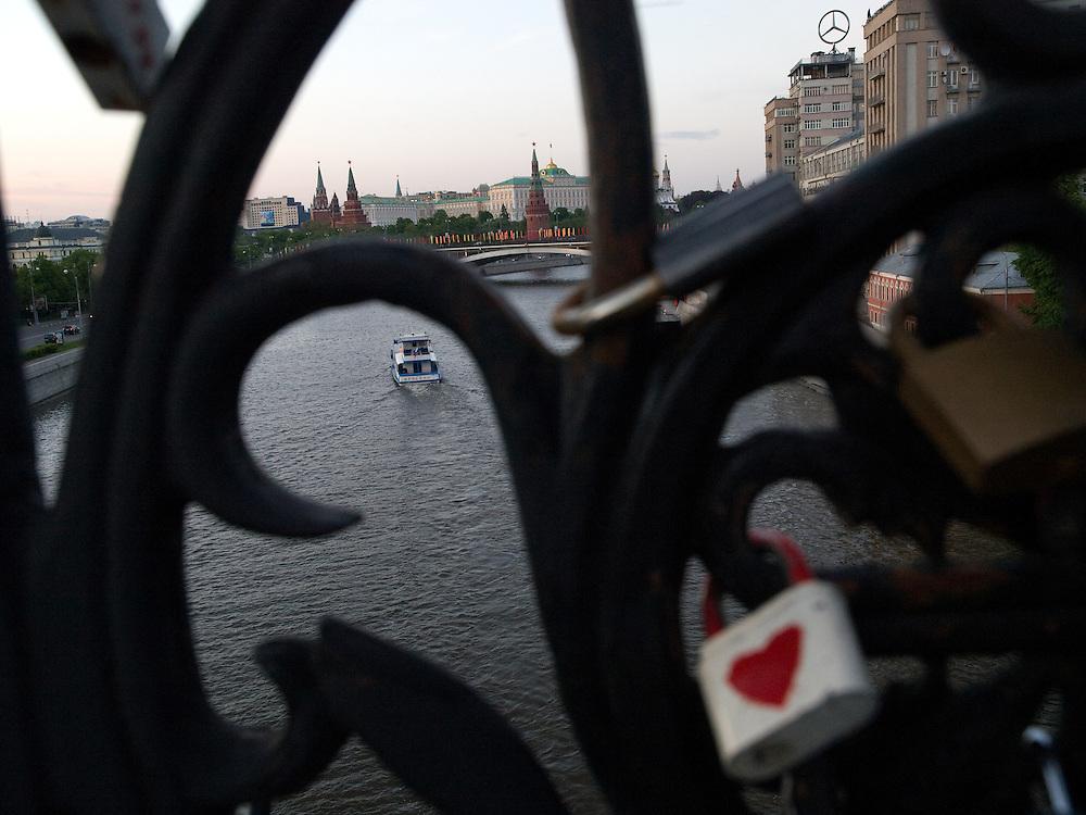 Blick von einer naheliegenden Brücke über die Moskwa auf den Kreml. Die Schlösser sind von verliebten Paaren symbolisch am Brückengeländer befestigt und der Schlüssel wird in den Fluß geworfen.<br /> <br /> View from a bridge across the Moskva River to the Kremlin in Moscow. Couples in love fix the lockers to the railing and throw the key symbolic to the river.