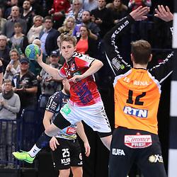 Hamburg, 26.12.16, Sport, Handball, Weltrekordspiel, 3. Liga Nord, Saison 2016/2017, Handball Sport Verein Hamburg - DHK Flensborg : Lukas Ossenkopp (Handball Sportverein Hamburg, #14), Noah Jessen (DHK Flensborg, #12)<br /> <br /> Foto © PIX-Sportfotos *** Foto ist honorarpflichtig! *** Auf Anfrage in hoeherer Qualitaet/Aufloesung. Belegexemplar erbeten. Veroeffentlichung ausschliesslich fuer journalistisch-publizistische Zwecke. For editorial use only.