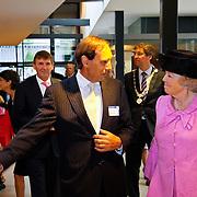 NLD/Utrecht/20100609 - Koninging Beatrix opent nieuwe Universiteitskliniek Gezelschapsdieren faculteit Diergeneeskunde Universiteit Utrecht, begeleid door dhr. J, Rothuizen