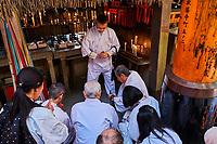 Japon, île de Honshu, région de Kansaï, Kyoto, Arashiyama, temple de Fushimi Inari-taisha, sanctuaire Shinto, ceremonie religieuse // Japan, Honshu island, Kansai region, Kyoto, Arashiyama, Fushimi Inari-taisha Temple, Shinto sanctuary, religious ceremony