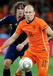 11.07.2010, Soccer-City-Stadion, Johannesburg, RSA, FIFA WM 2010, Finale, Niederlande (NED) vs Spanien (ESP) im Bild Arijen Robben (Holland) e Carles Puyol (Spanien), EXPA Pictures © 2010, PhotoCredit: EXPA/ InsideFoto/ Perottino *** ATTENTION *** FOR AUSTRIA AND SLOVENIA USE ONLY! / SPORTIDA PHOTO AGENCY