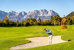 THEMENBILD - Ein Golfspieler schlägt einen Ball aus dem Bunker, aufgenommen am 05. Oktober 2018, Kitzbuehel, Oesterreich // A golfer hits a ball out of the bunker at the Golfclub Kitzbuehel Kaps in Kitzbuehel, Austria on 2018/10/05. EXPA Pictures © 2018, PhotoCredit: EXPA/ Stefan Adelsberger