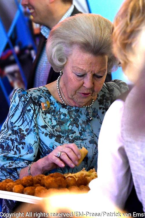 Prinses Mabel en prinses Beatrix tijdens de uitreiking van de derde Prins Friso Ingenieursprijs. De uitreiking vindt plaats op de TU Delft die dit jaar haar 175-jarig jubileum viert. <br /> <br /> Princess Mabel and Princess Beatrix during the award of the third Prince Friso Engineer Award. The ceremony takes place at TU Delft, celebrating its 175th anniversary this year.<br /> <br /> Op de foto / On the photo:  prinses Beatrix