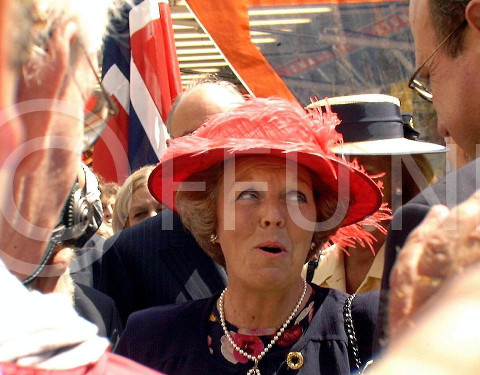 Fotografie Uijlenbroek©1999/Frank Brinkman.99-06-18 oldenzaal ned.koningin bij  hanze dagen op bezoek op foto in gesprek met burgemeester Peter Cammart(r).peperbus