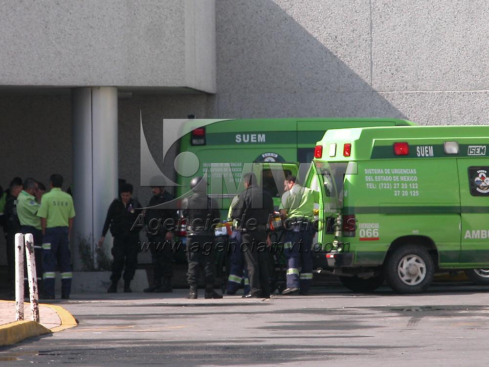 Toluca, Méx.- Dos policias del grupo especial GIP de la Agencia de Seguridad Estatal resultaron gravemente lesionados al detornarles una granada cuando realizaban una practica en su base operativa; paramedicos del Sistema de Urgencias (SUM) les trasladaron al Centro Medico Issemym. Agencia MVT / Frank Camacho. (DIGITAL)