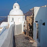 Europe, Mediterranean, Aegean, Greece, Greek Islands, Santorini, Thira. Scenic walkway of Santorini.