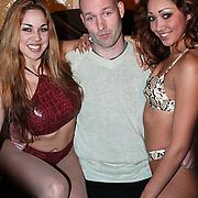 Persviewing Zoey Zappt Amsterdam, Eddy Zoey met 2 dames in bikini