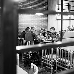 samedi 13 août 13, 20h13, Paris VIII. A l'étage de ce restaurant bon marché avec qui les unités déplacées ont passé un contrat, les miltaires viennent prendre leur dîner entre deux patrouilles.