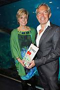 Lancering van het nieuwe (voor)leesboek Mr Finney en de andere kant van het water van Prinses Laurentien en Sieb Posthuma het Oceanium van Diergaarde Blijdorp in Rotterdam. <br /> <br /> Op de Foto:<br /> <br />  Prinses Laurentien en tekenaar Sieb Posthuma