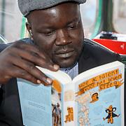 NLD/Den Haag/20180117 - Aftrap Lees met andermans ogen, Nigeriaanse man leest een boek