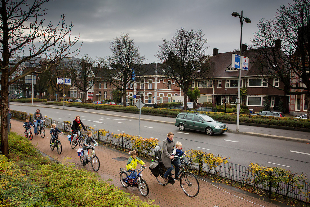 In Amersfoort fietsen ouders met hun kinderen op het fietspad.<br /> <br /> In Amersfoort parents cycle with their children on the bike lane.