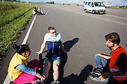 Robert praat met zijn vrouw en een teamlid. In Lelystad rijdt Robert Braam de eerste meters in de VeloX4. Hij vervangt Rik Houwers die door een blessure het team heeft moeten verlaten. In september wil het Human Power Team Delft en Amsterdam, dat bestaat uit studenten van de TU Delft en de VU Amsterdam, een poging doen het wereldrecord snelfietsen te verbreken, dat nu op 133 km/h staat tijdens de World Human Powered Speed Challenge.<br /> <br /> With the special recumbent bike the Human Power Team Delft and Amsterdam, consisting of students of the TU Delft and the VU Amsterdam, also wants to set a new world record cycling in September at the World Human Powered Speed Challenge. The current speed record is 133 km/h.