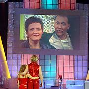 NLD/Hilversum/20070310 - 9e Live uitzending SBS Sterrendansen op het IJs 2007 de Uitslag, Thomas Berge en danspartner Nina Ulanova kijken naar een videoboodschap