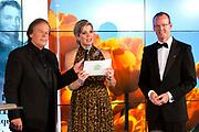 Uitreiking Koning Willem I prijs. De prijs, in de vorm van een beeldje, werd in de Nederlandse bank - Amsterdam uitgereikt door koningin Máxima, erevoorzitter van de stichting. <br /> <br /> King Willem I Award ceremony. The price in the form of a statuette, was in the Dutch banking - Amsterdam awarded by Queen Máxima, Honorary President of the Foundation.<br /> <br /> Op de foto / On the photo: Koningin Maxima en Ivo Niehe met Klaas Knot  president van de Nederlandsche Bank (DNB).