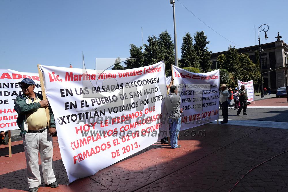 Toluca, México.- Pobladores de San Mateo Oxtotitlán se manifestaron frente a palacio municipal de Toluca exigiendo la destitución del delegado municipal quien no ha resuelto los problemas de la comunidad y demandaron que se beneficien con la extracción de agua de un pozo que se perforo recientemente en el lugar.  Agencia MVT / Crisanta Espinosa