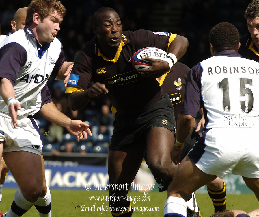 2005 Zurich Premiership Wild Card Play off London Wasps vs Sale Sharks, High Wycombe, ENGLAND: Wasps centre Ayoola Erinle, goes for the gap..Photo  Peter Spurrier. .email images@intersport-images...