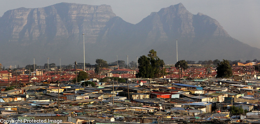 Khalayitscha township spreads out in the shadown of Table Mountain in Cape Town, South Africa.<br /> Photo by Shmuel Thaler <br /> shmuel_thaler@yahoo.com www.shmuelthaler.com