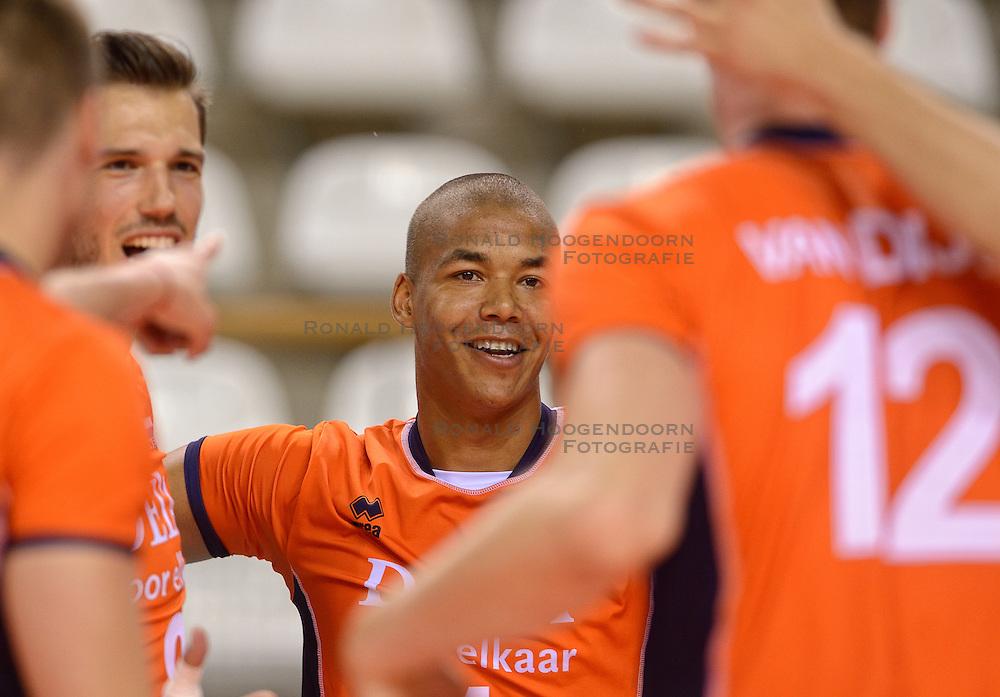 20150614 NED: World League Nederland - Finland, Almere<br /> De Nederlandse volleyballers hebben in de World League ook hun tweede duel met Finland gewonnen. Na de 3-0 zege van zaterdag werd zondag in Almere met 3-1 (22-25, 25-20, 25-13, 25-19) gewonnen / Bas van Bemmelen #8, Nimir Abdelaziz #1